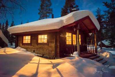 Winterhütte tiefverschneit