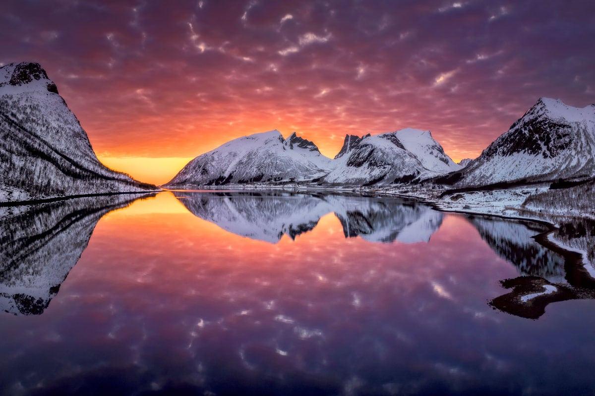 Kapitel-3-Luftaufnahme Nordnorwegen bei farbenpraechtigem Sonnenuntergang und schneebedeckten Bergen-Zwerger-Schoner